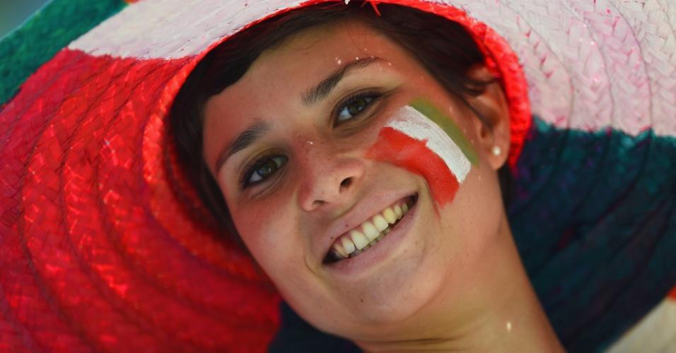 Torcedora da Itália assiste ao jogo contra a Costa Rica na Arena Pernambuco