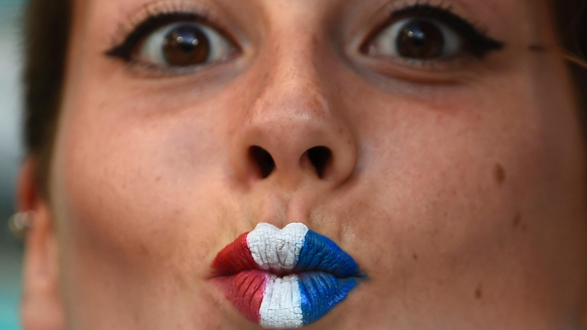 Torcedora francesa manda beijo colorido durante jogo contra a Suíça na Fonte Nova
