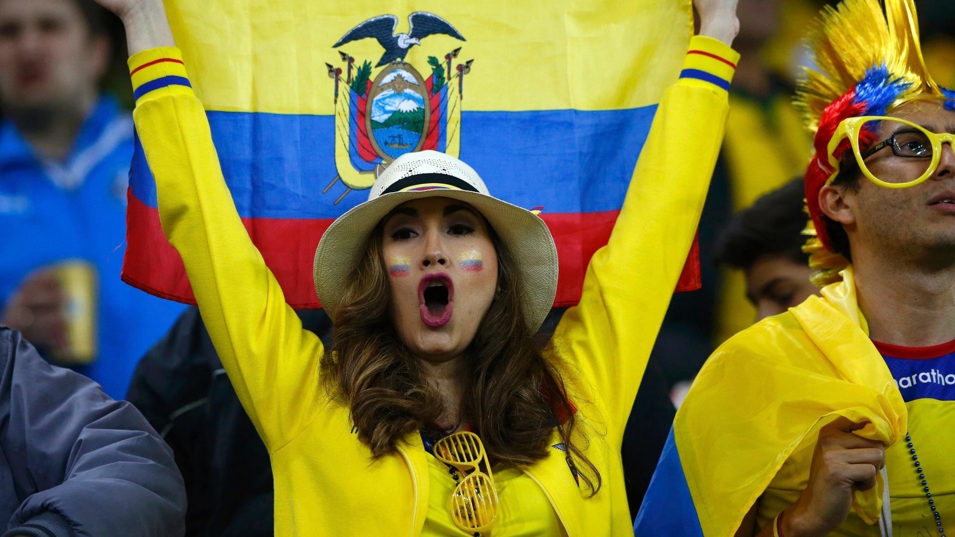 Torcedora leva a bandeira do Equador para a Arena da Baixada