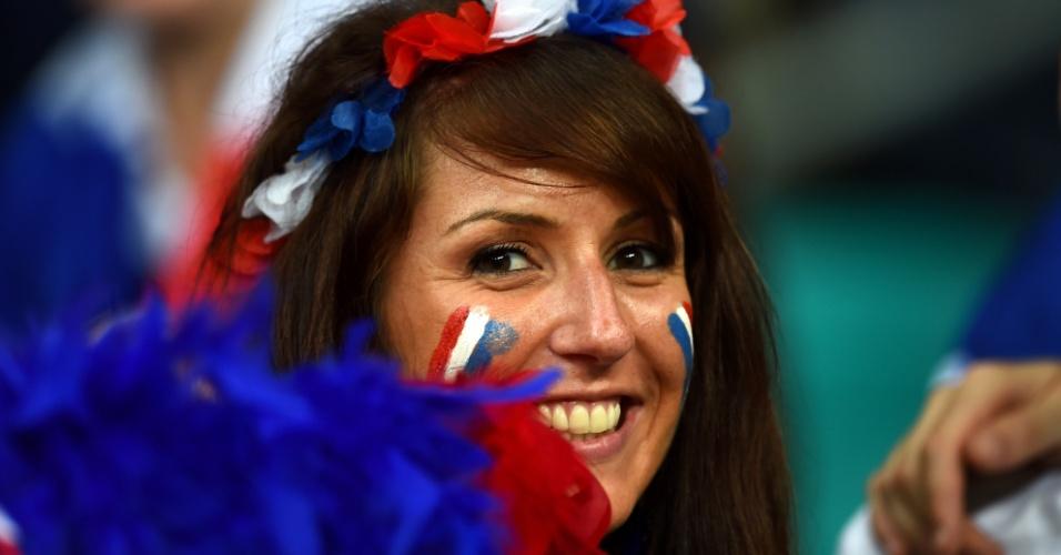 Torcedora na arquibancada da Fonte Nova sorri para a câmera durante o jogo entre França e Suíça