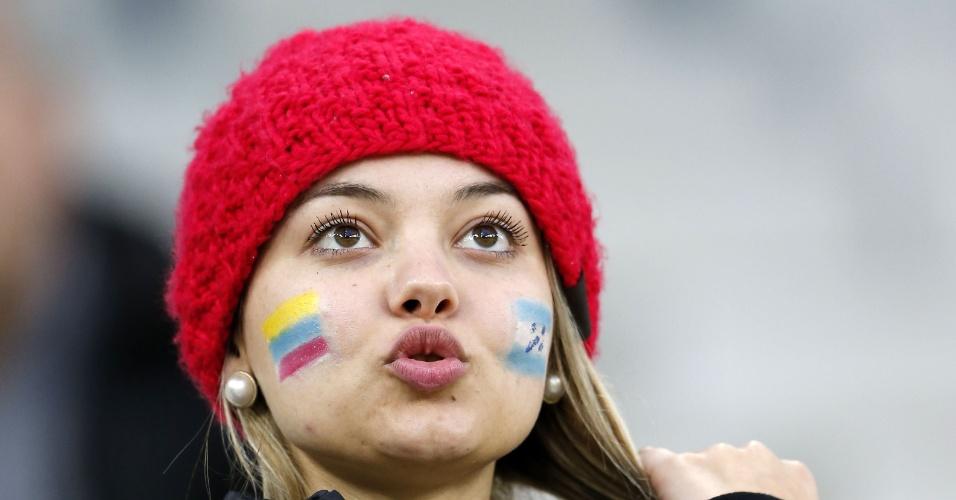 Torcedora neutra pinta a cara com as bandeiras de Equador e Honduras