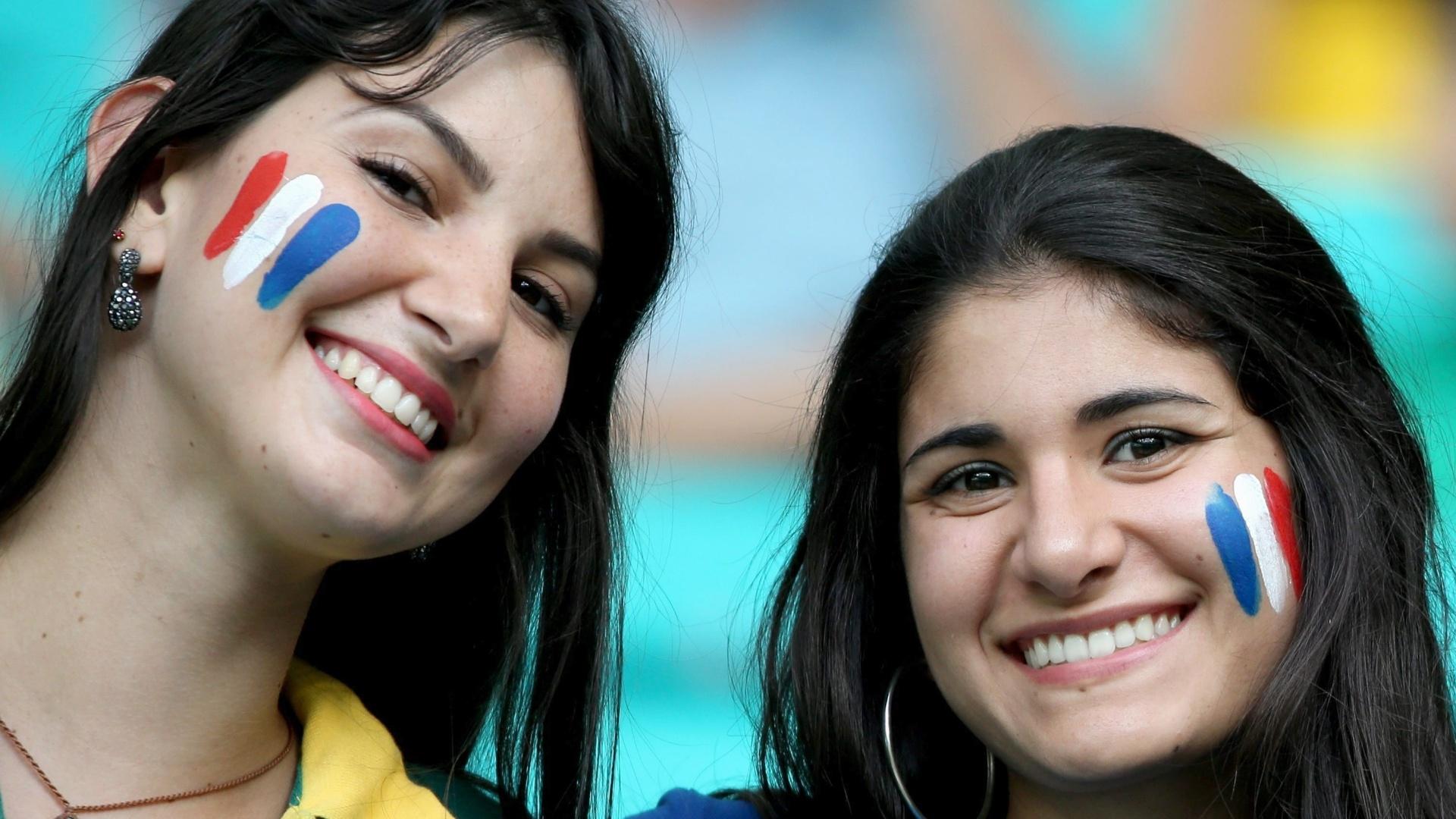 Torcedoras com rosto pintado com as cores da França aguardam a partida contra a Suíça