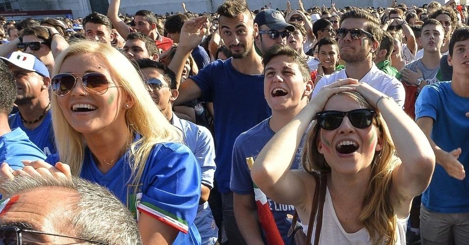 Torcedoras fazem cara de surpresa acompanhando a Itália enfrentar a Costa Rica na Piazza Venezia, em Roma