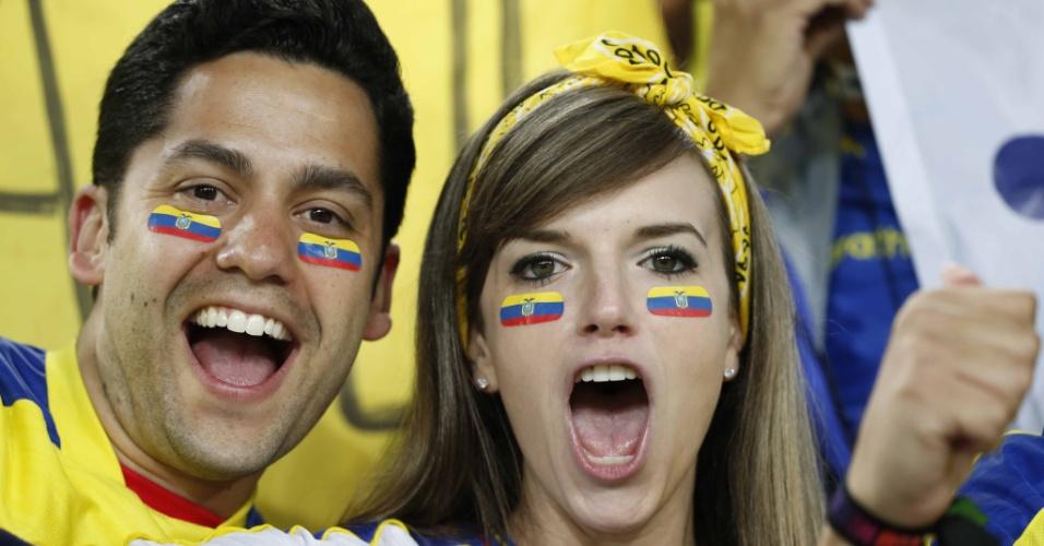Torcedores da seleção equatoriana fazem a festa antes do jogo contra Honduras, na Arena da Baixada