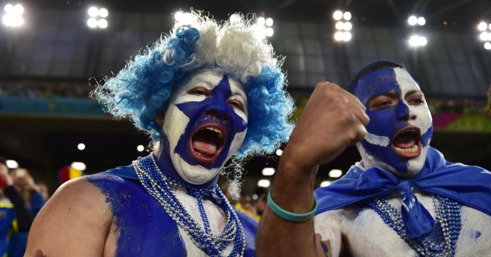 Torcedores pintados de azul e branco incentivam a seleção de Honduras ainda antes do apito inicial na Arena da Baixada