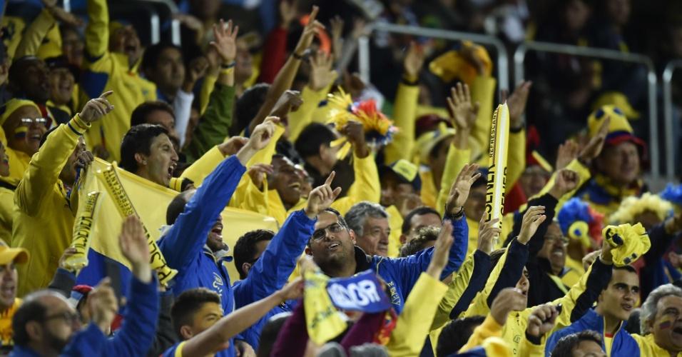Torcida equatoriana solta o grito ainda antes da entrada das seleções dentro do campo da Arena da Baixada