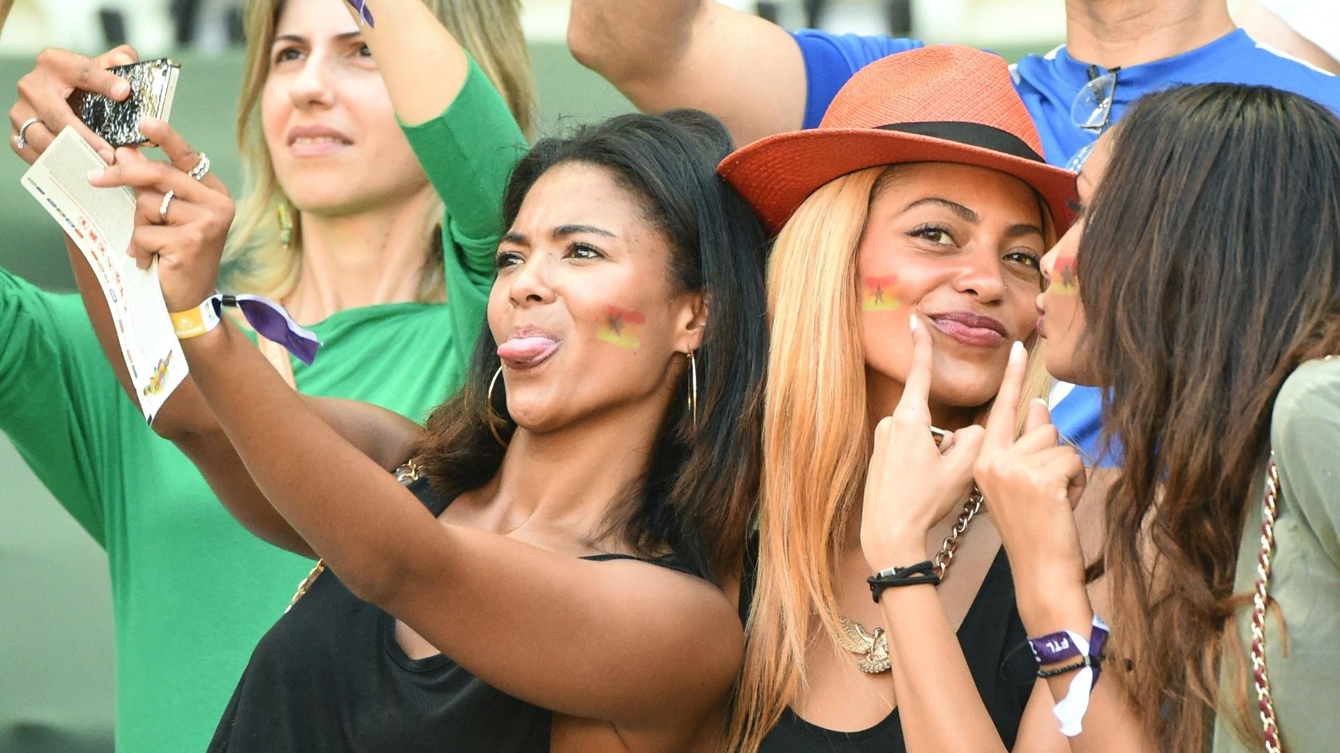 21.06.2014 - Torcedoras de Gana tiram selfie durante o jogo contra a Alemanha