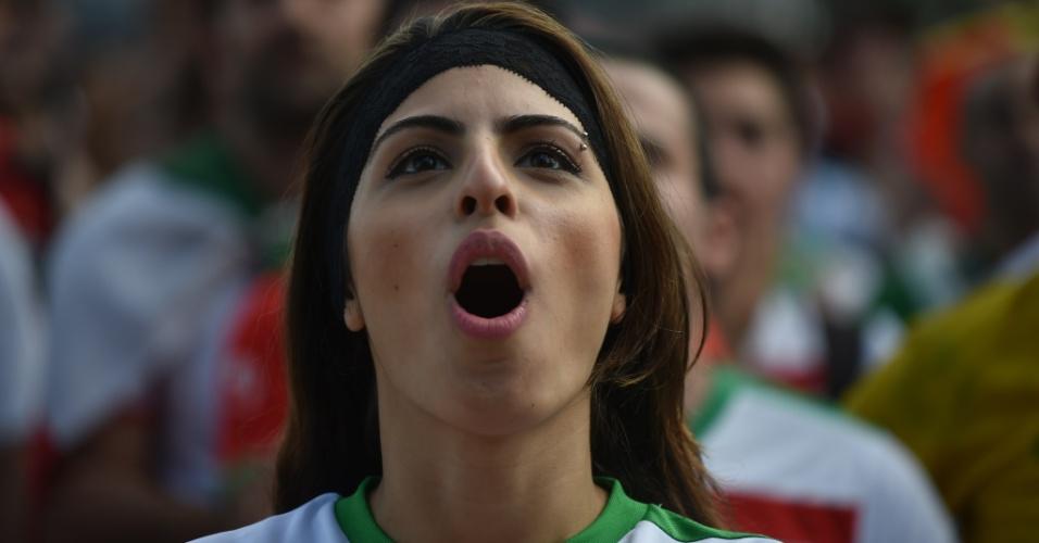 A torcedora do Irã ficou muito nervosa enquanto sua seleção tentava segurar o empate diante da Argentina