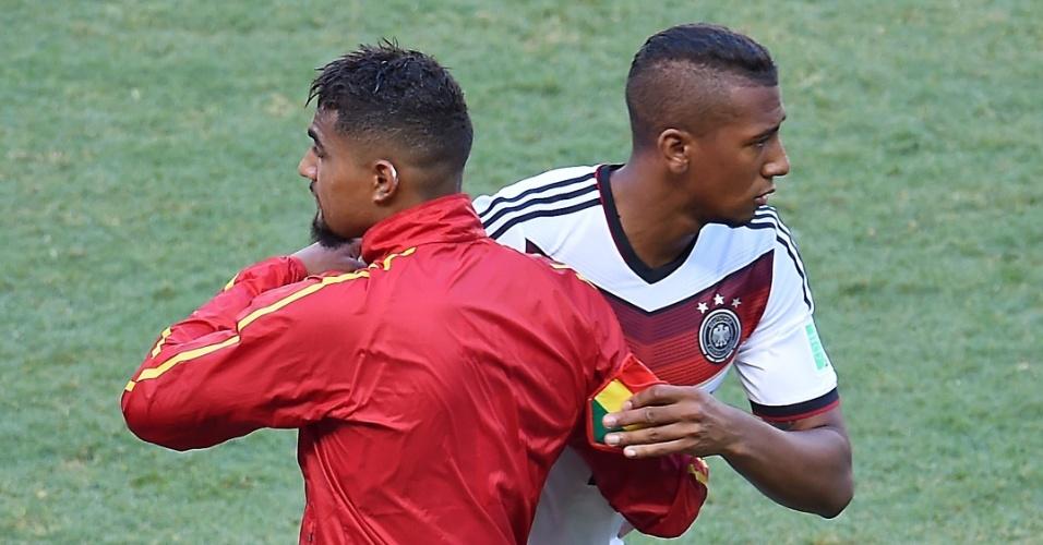 21.jun.2014 - Antes da partida, Jerome Boateng, que defende a Alemanha, cumprimenta o irmão Kevin-Prince Boateng, que joga pela seleção de Gana