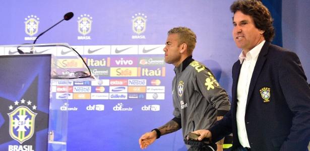 Assessor Rodrigo Paiva leva Daniel Alves a coletiva de imprensa da seleção