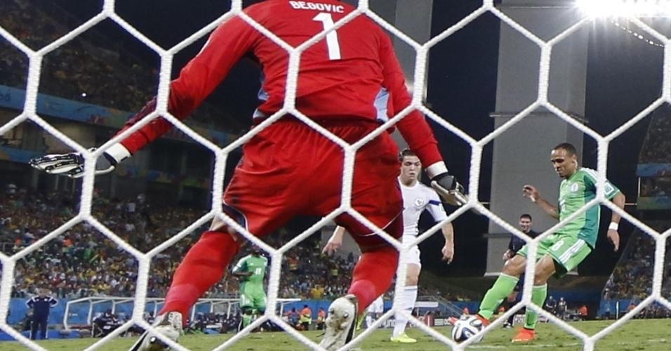 Begovic, goleiro da Bósnia, observa Peter Odemwingie, da Nigéria, chutar para abrir o placar na Arena Pantanal
