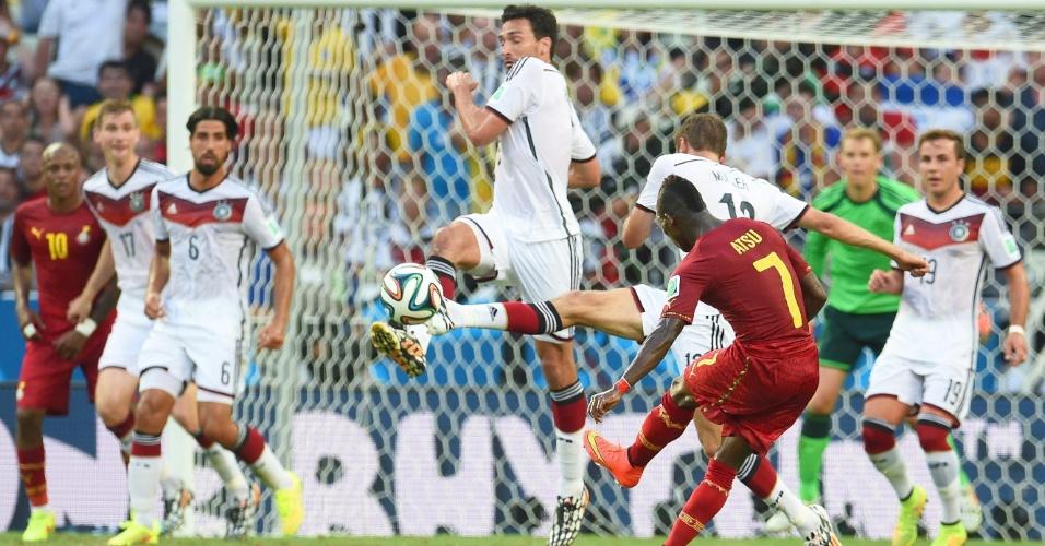 21.jun.2014 - Christian Atsu, de Gana, finaliza na partida contra a Alemanha, no Castelão