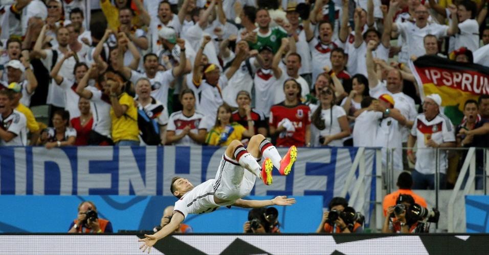 21.jun.2014 - Com a torcida alemã ao fundo, Klose dá a tradicional cambalhota para comemorar seu 15º gol em Copas do Mundo