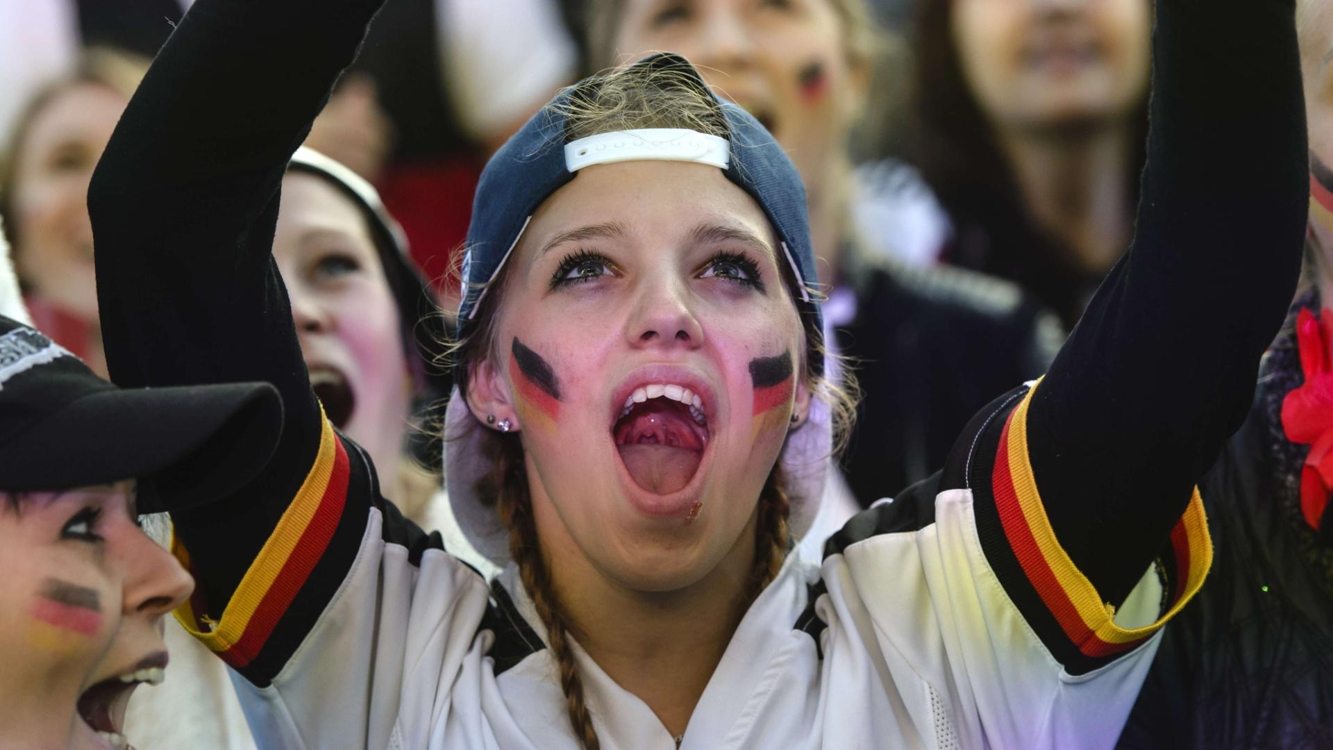 De Berlim, a bela alemã comemora um dos gols no empate por 2 a 2 com Gana em Fortaleza