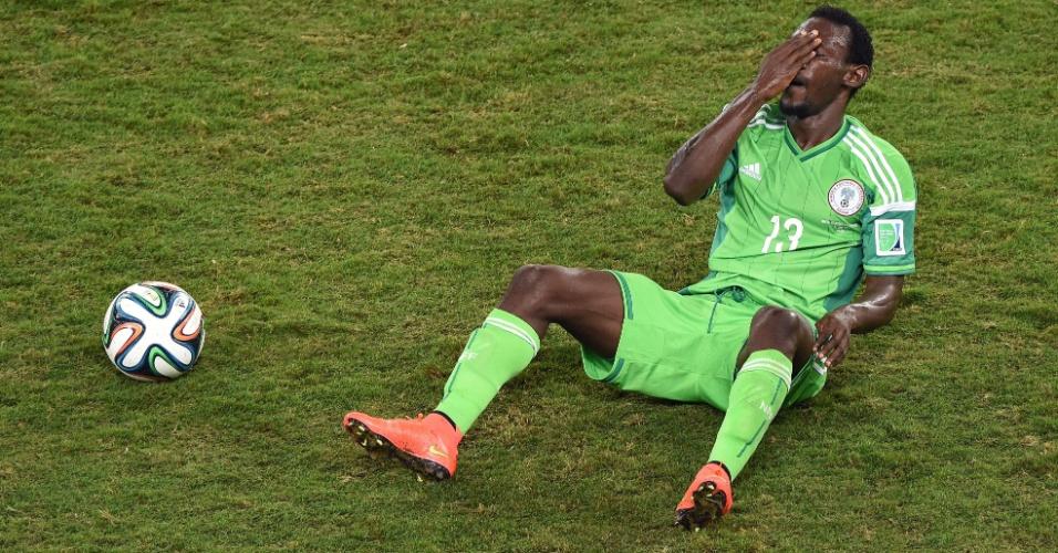 Defensor da Nigéria, Juwon Oshaniwa fica com a mão no rosto após dividida com jogador bósnio