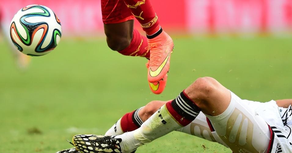 21.jun.2014 - Depois de um primeiro tempo sem gols, Alemanha e Gana fizeram uma grande segunda etapa. Afful (chuteira laranja) e Hoewedes que o digam. Tiraram até a grama do Castelão