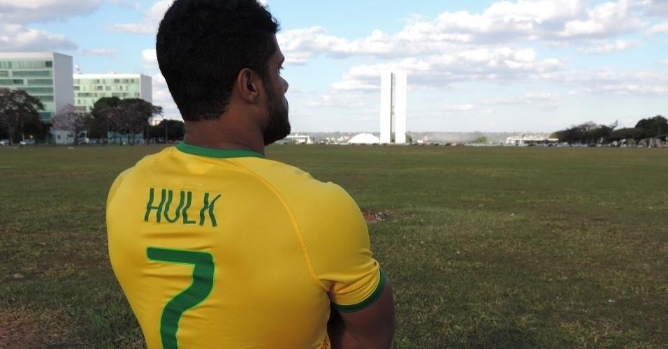 Sósia de Hulk faz sucesso em Brasília  conquista fãs. fatura alto e ... b14d4998f3a19