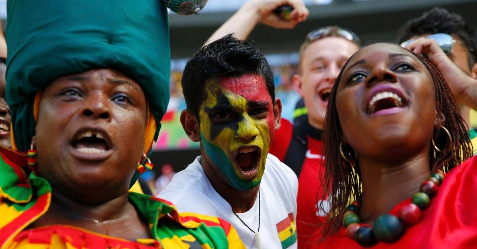 21.jun.2014 - Ganeses fazem festa e aguardam o início da partida contra a Alemanha, no Castelão