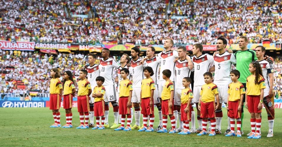 21.jun.2014 - Jogadores da Alemanha ficam perfilados no gramado do Castelão para a execução do hino nacional