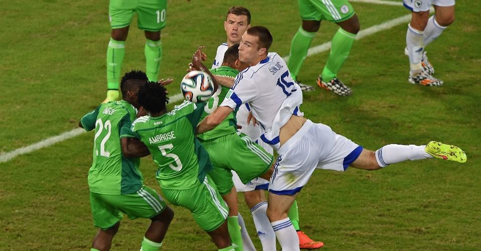Jogadores de Bósnia e Nigéria fazem de tudo para ficar com a bola