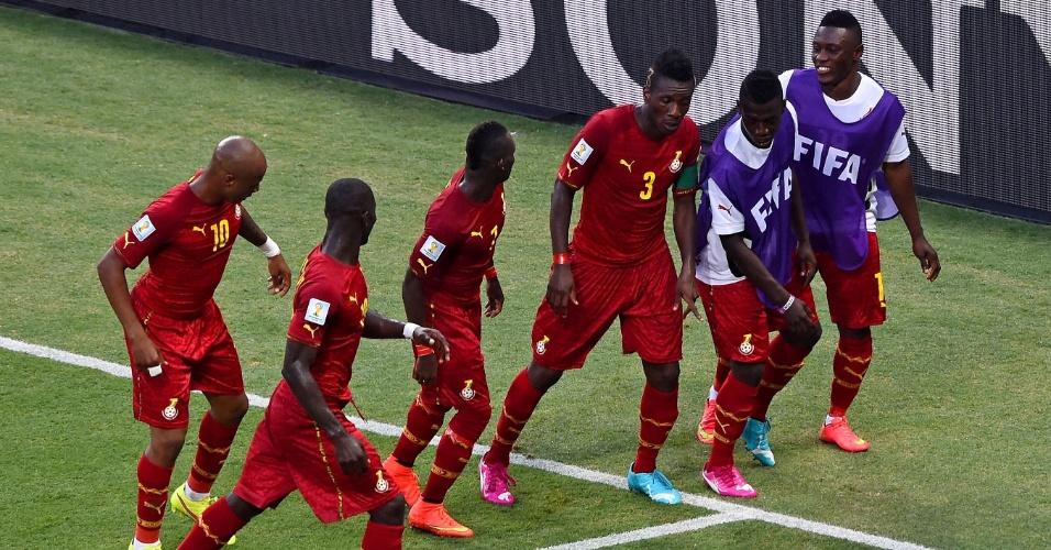 21.jun.2014 - Jogadores de Gana dançam para comemorar o gol de empate contra a Alemanha. O jogo no Castelão terminou 2 a 2