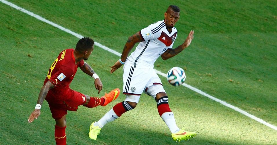 21.jun.2014 - Kevin-Prince Boateng, de Gana, tenta finalizar, mesmo marcado pelo irmão Jerome Boateng, que defende a Alemanha