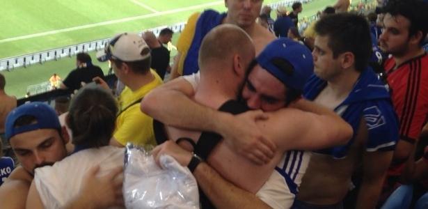 Marcelo Adnet vê jogo no meio da torcida da Bósnia e chora após eliminação   2014