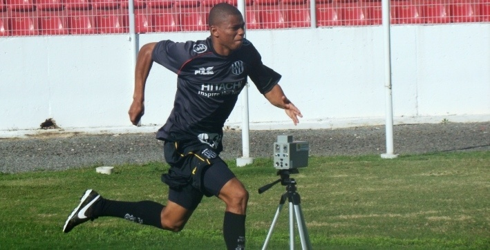 O volante Juninho realiza um treino físico pela Ponte Preta