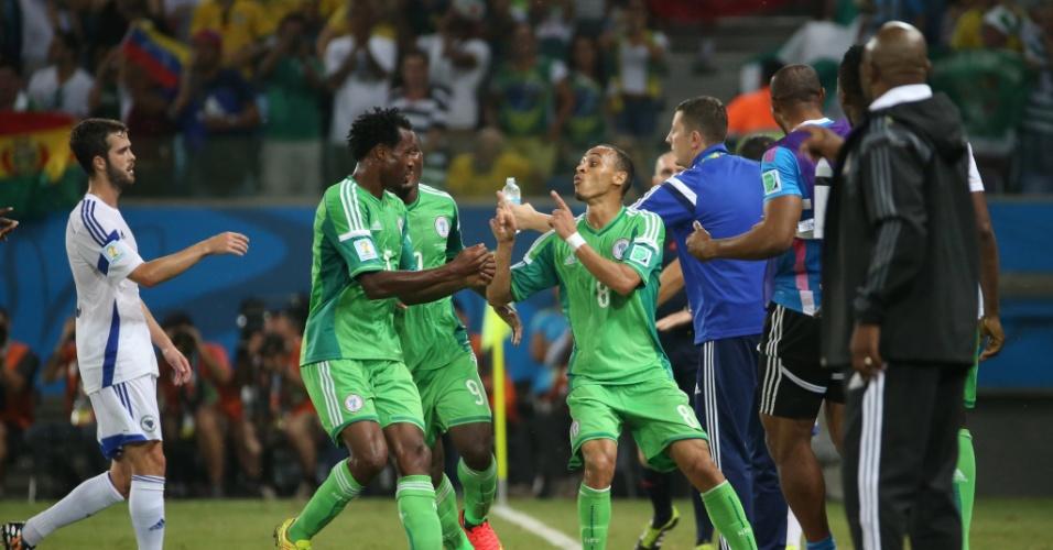Peter Odemwingie (dir.) comemora gol da Nigéria com os companheiros