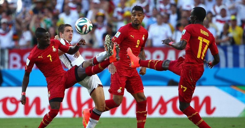 21.jun.2014 - Philipp Lahm, da Alemanha, briga pela bola com Atsu e Rabiu, de Gana, na segunda partida das seleções na Copa