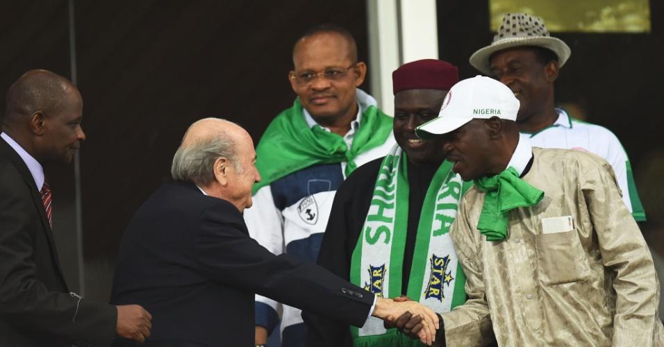 Presidente da Fifa, Joseph Blatter cumprimenta nigerianos durante jogo na Arena Pantanal