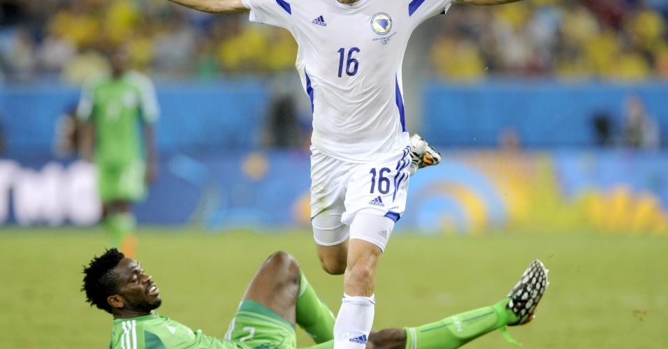 Senad Lulic, da Bósnia, passa pela marcação de Joseph Yobo, da Nigéria