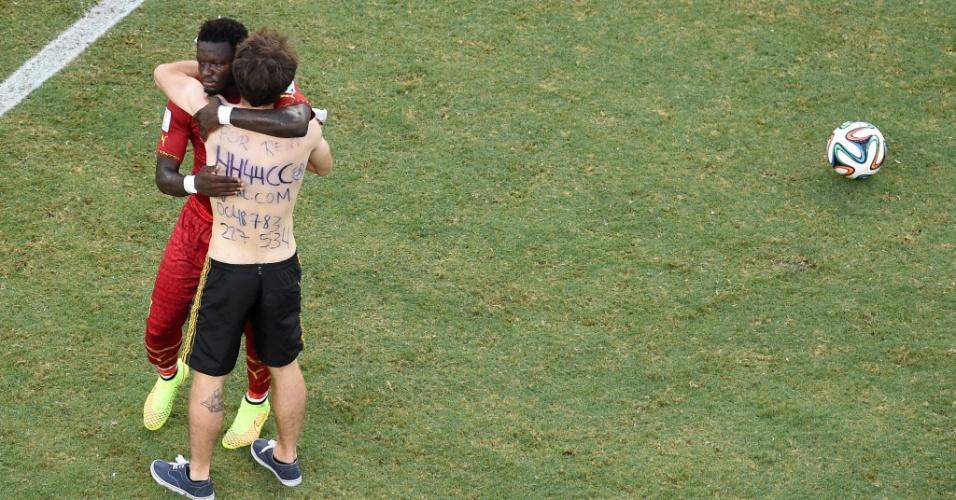 21.jun.2014 - Sulley Muntari, de Gana, abraça torcedor que invadiu o gramado na partida contra a Alemanha, no Castelão