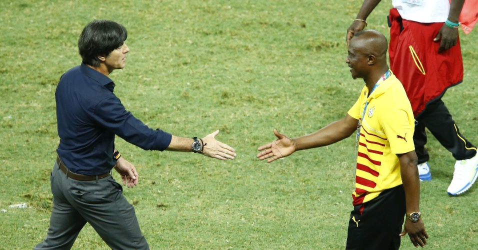 21.jun.2014 - Técnico da Alemanha, Joachim Löw, cumprimenta o treinador de Gana, Kwesi Appiah, depois do empate por 2 a 2