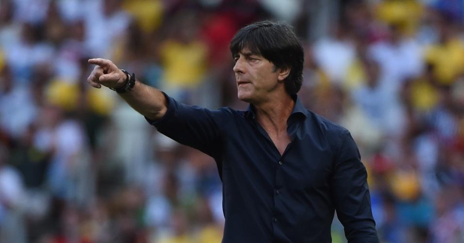 21.jun.2014 - Técnico da Alemanha, Joachim Löw, orienta seus jogadores durante a partida contra a Gana