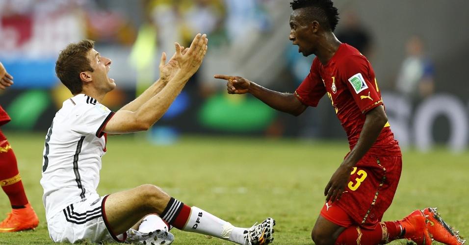21.jun.2014 - Thomas Müller, da Alemanha, e Harrison Afful, de Gana, discutem no gramado do Castelão. A partida terminou empatada por 2 a 2