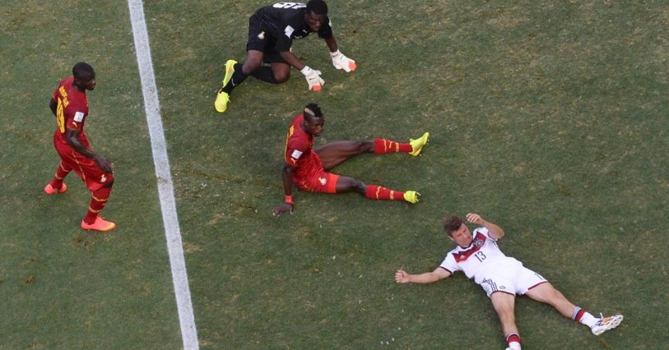 21.jun.2014 - Thomas Müller, da Alemanha, e John Boye, de Gana, ficam caídos no gramado durante a partida no Castelão