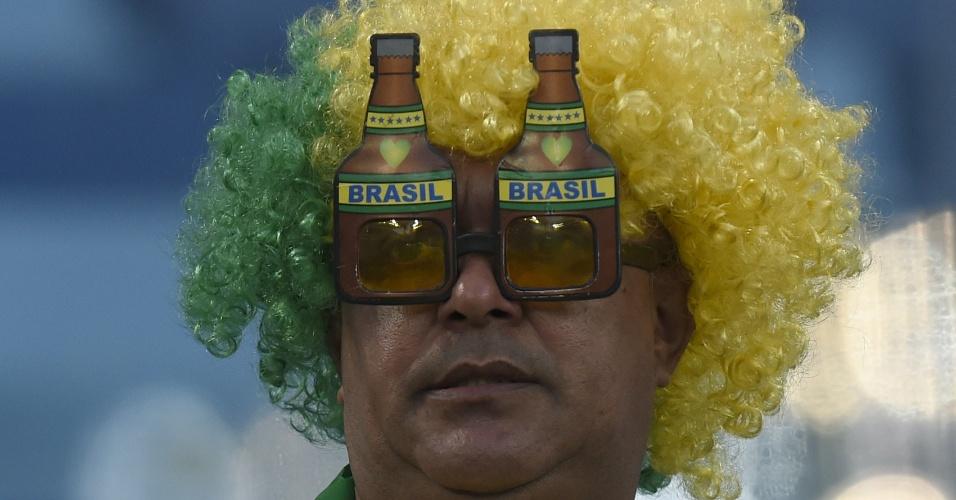 Torcedor da seleção brasileira acompanha Nigéria x Bósnia com óculos todo especial