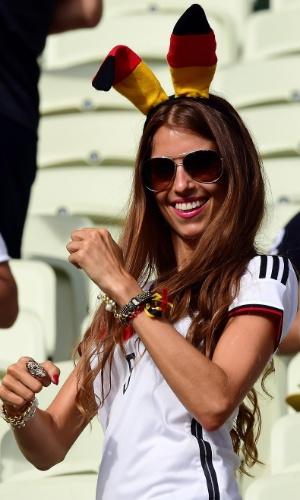 Torcedora alemã aguarda início do jogo contra Gana no Castelão