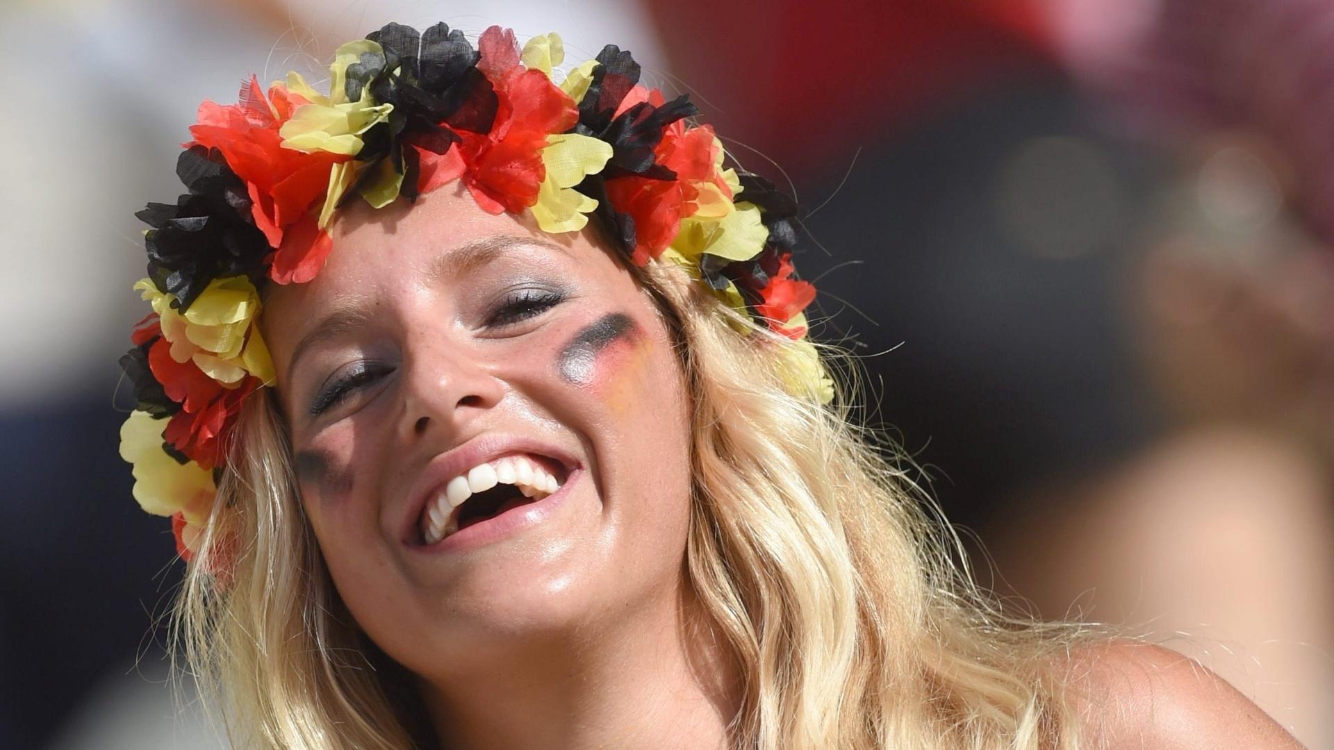Torcedora alemã sorri antes do jogo entre Alemanha e Gana no Castelão