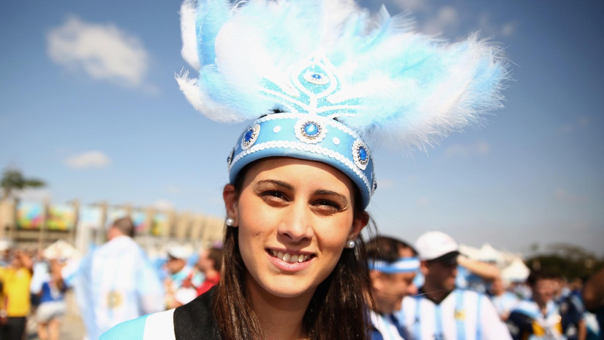Torcedora argentina usa penas na cabeça como adereço para torcer no Mineirão
