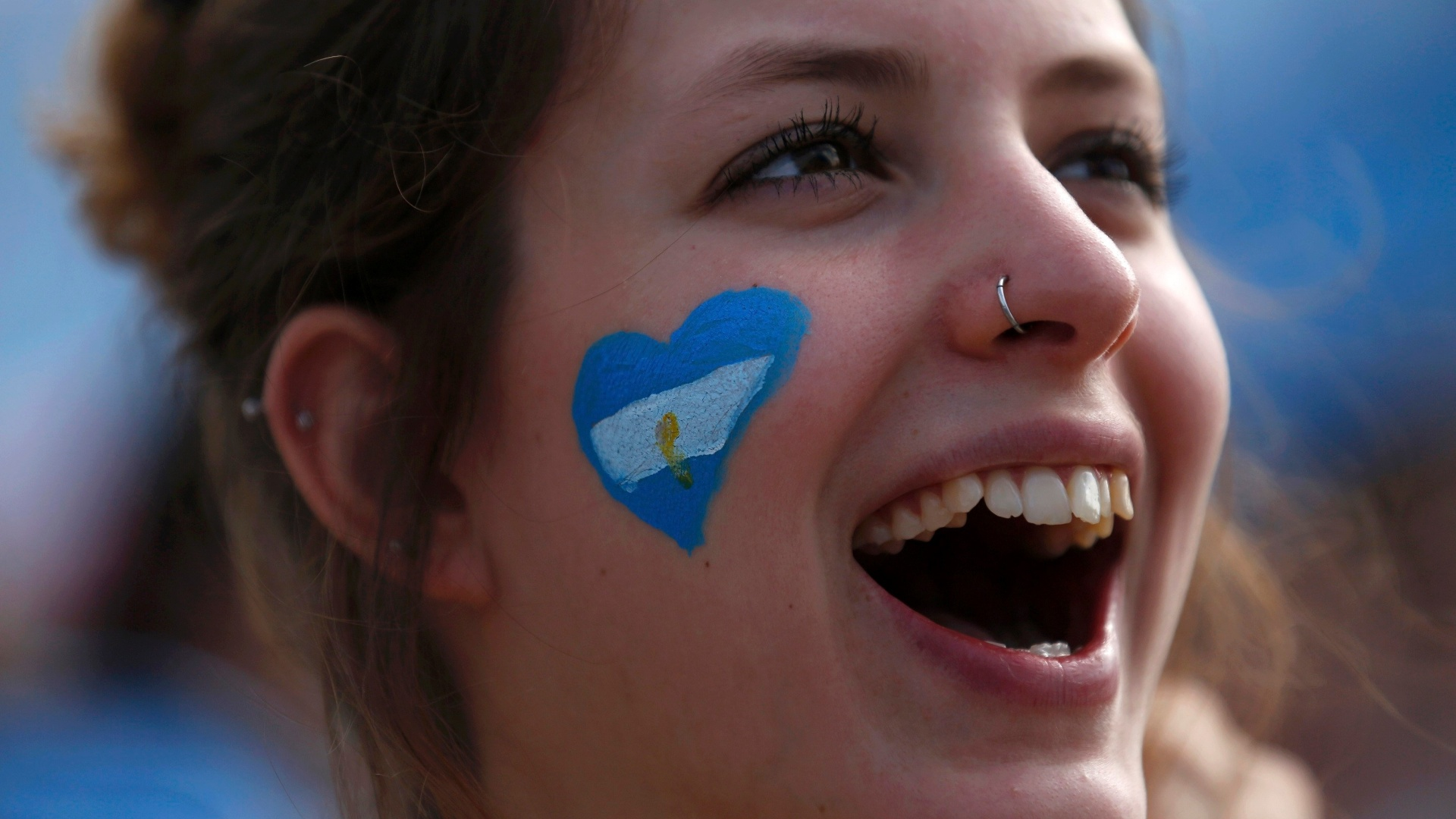 Torcedora argentina vibra com vitória sobre o Irã na Fan Fest de Copacabana