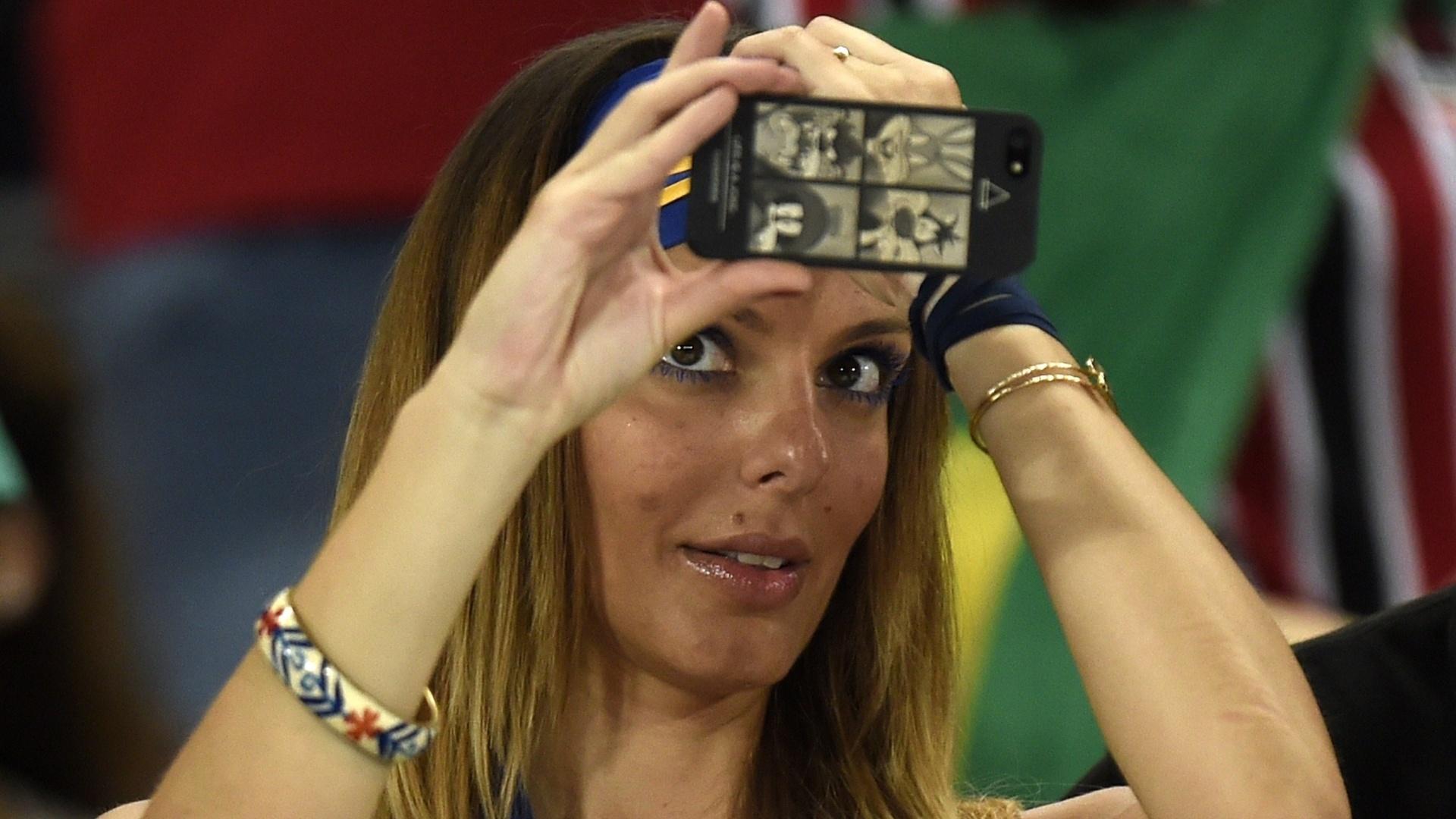Torcedora bósnia prepara selfie durante jogo contra a Nigéria em Cuiabá