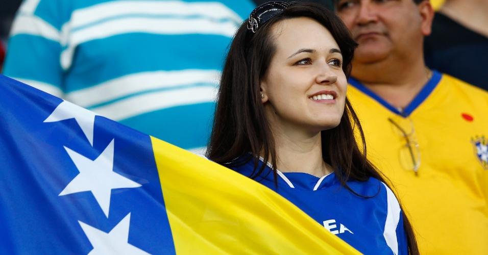 Torcedora exibe bandeira da Bósnia durante partida contra a Nigéria na Arena Pantanal