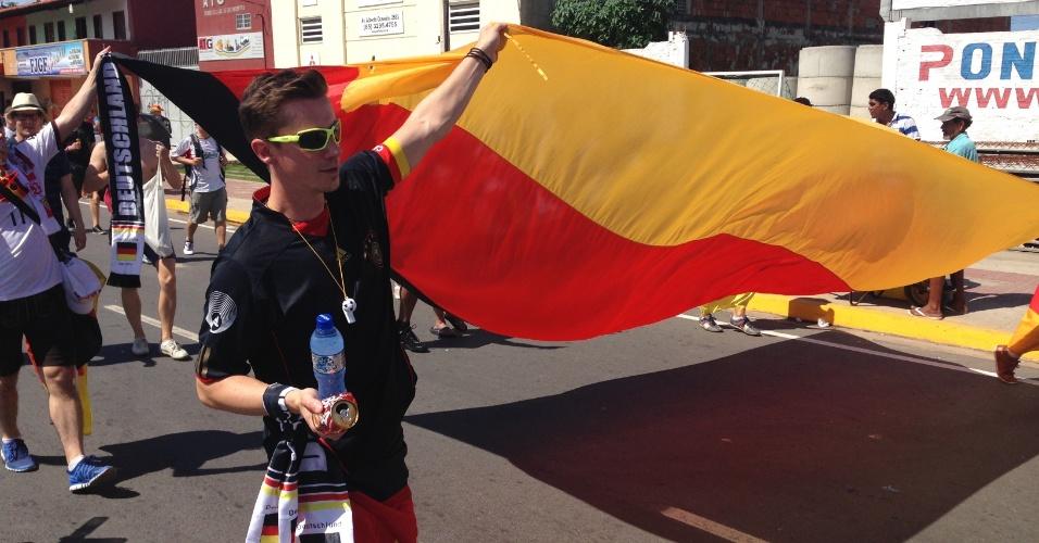 21.jun.2014 - Torcedores carregam enorme bandeira alemã por Fortaleza antes do jogo contra Gana