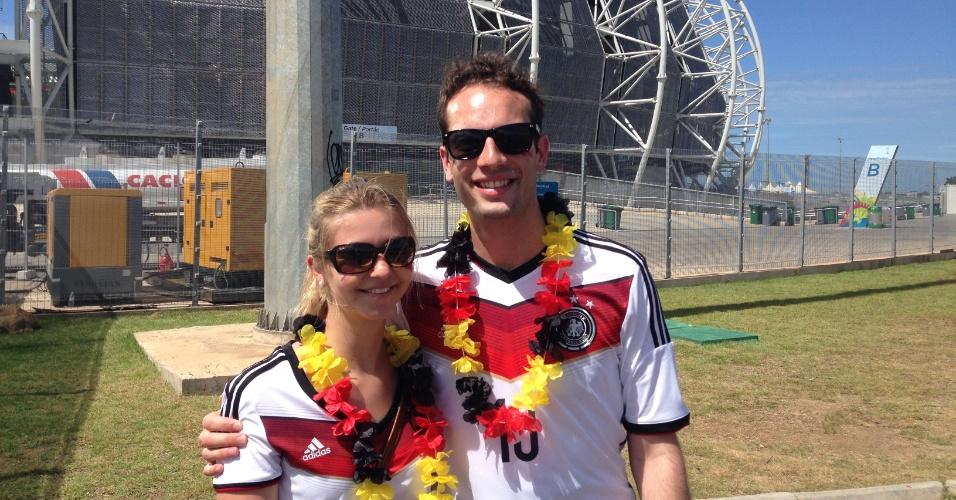 21.jun.2014 - Torcedores posam em frente ao Castelão antes de jogo entre Alemanha e Gana