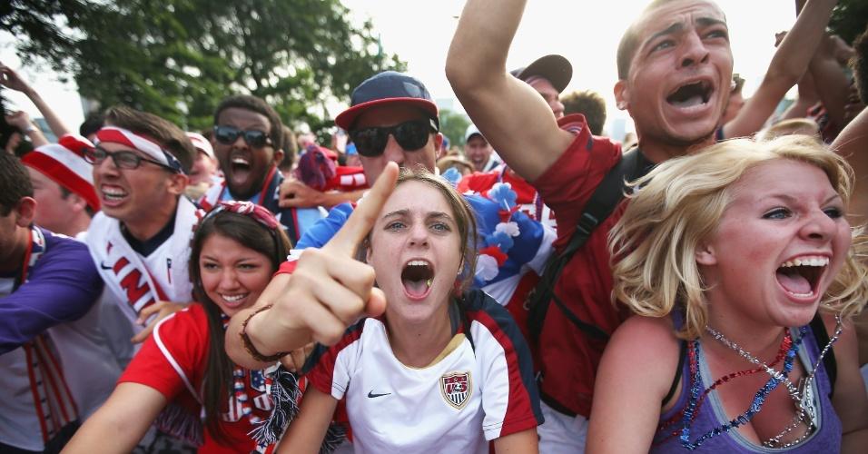 22.junho.2014 - Em Chicago, norte-americanos vibraram com a seleção do país, que ficou muito perto da vitória contra Portugal