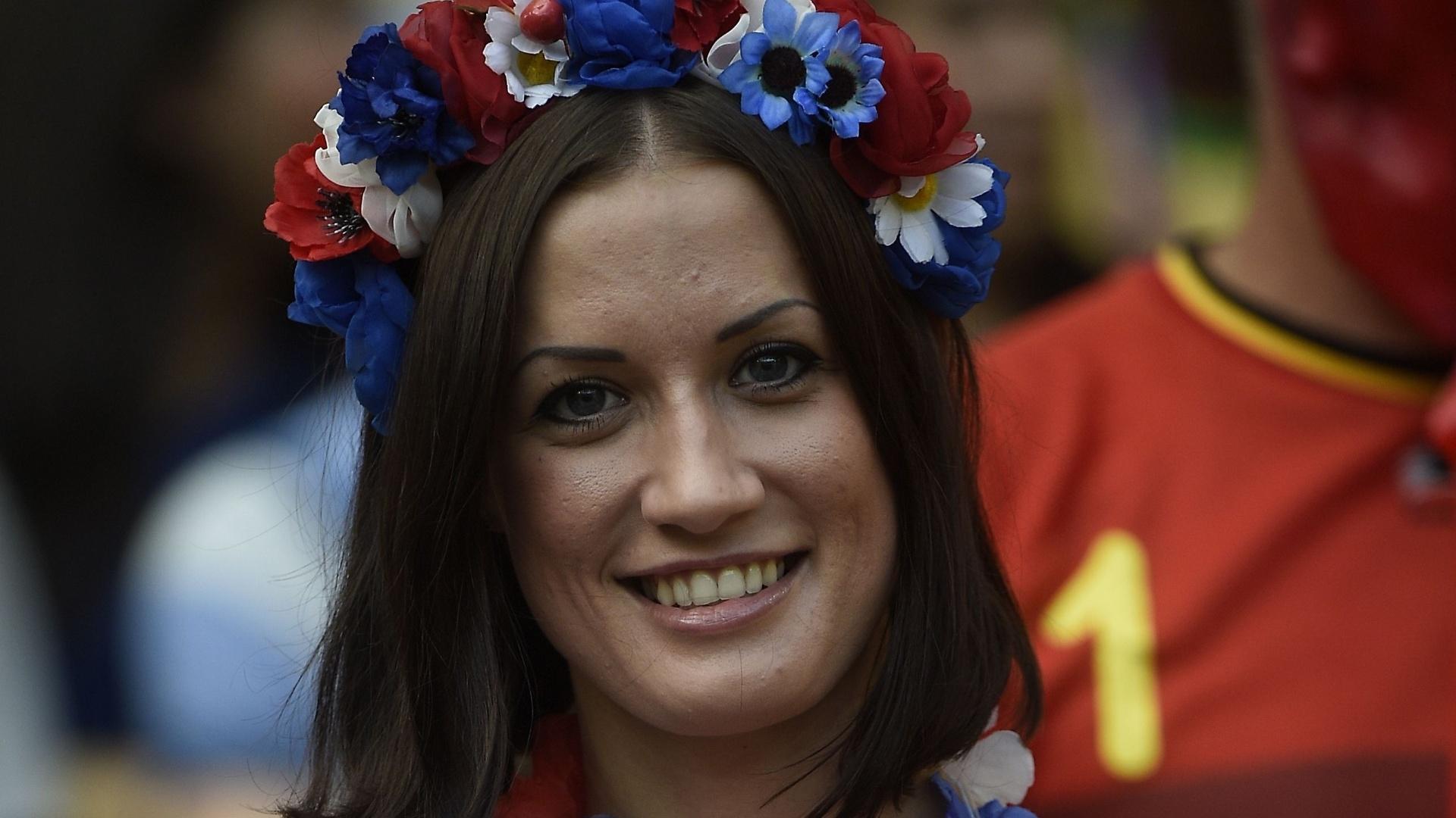A bela russa escolheu acessórios floridos nas cores do país