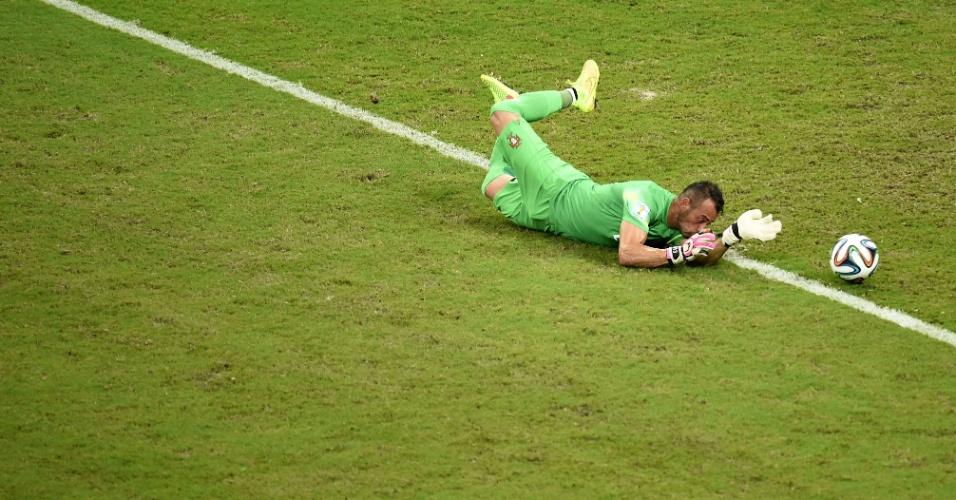 Beto, goleiro de Portugal, salta no gramado para fazer a defesa