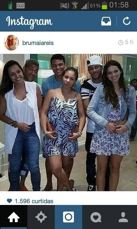 Bruna Marquezine não perde uma oportunidade de ficar ao lado de Neymar. A atriz já está amiga de outros jogadores da seleção e posou ao lado de Daniel Alves e Thiago Silva.